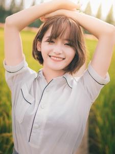 短发薄纱上衣的清纯女孩稻田甜美写真