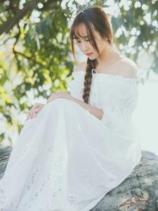 一字肩白裙女神气质温婉写真