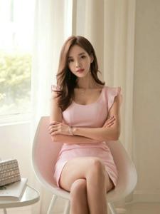粉嫩裙装模特室内写真娇羞可爱