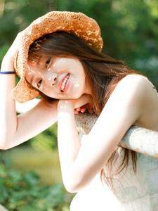 森林阳光下的草帽高颜值美女笑脸可人