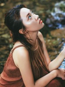 漂亮姑娘深山小溪内湿发迷人美眸