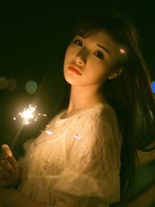 夜晚烟火中的长发美丽姑娘动人美眸