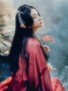 深山内的烟雾精灵美女娇美动人