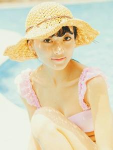 阳光下的游泳氧气少女纯真可人