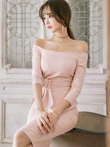 空气刘海美模一字肩裙装腰间蝴蝶结显得粉嫩可爱