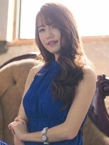 皮肤丰满白皙妩媚轻熟女蓝裙写真