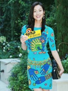 超模刘雯身着蓝色孔雀卡通印花裙笑容满分
