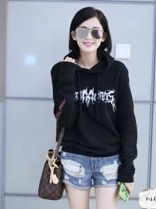 古力娜扎休闲卫衣热裤装机场秀时刻保持甜美笑容