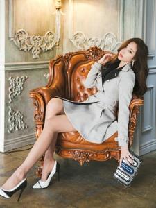 高跟模特风衣装坐在沙发上女王范十足