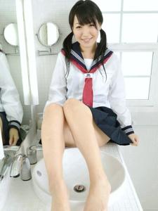 清纯制服双马尾长腿少女浴室死库水迷人写真