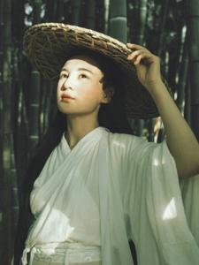 竹林内的古风美女英气率性写真