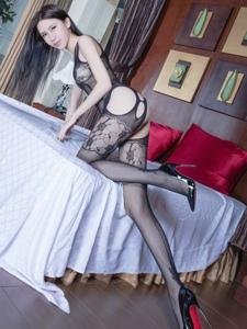 美艳腿模Stephy连体破洞黑丝长腿勾人写真