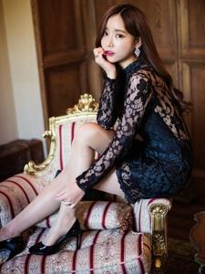 美艳时尚美模黑色蕾丝露背裙惊艳沙发照