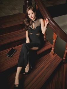 楼梯上的美模旗袍装透明现美胸露白皙肌肤