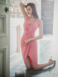 粉红裙美模低胸装撩人心扉