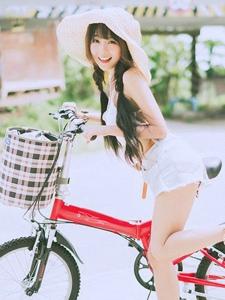 户外甜美阳光俏皮单车美少女笑容灿烂