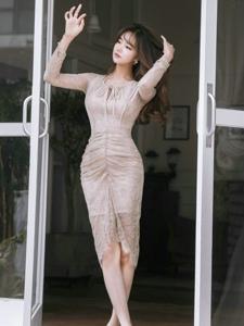 空气刘海美模蕾丝透视裙贴身展迷人曲线
