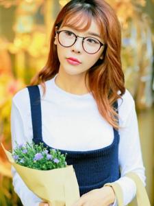 手捧鲜花的漂亮气质眼镜美女温馨的假期好时光