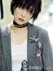 阚清子用一条薄衫透视半裙搭配多套不同风格的造型