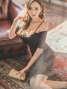 地板美模黑色连衣裙沙发上引诱太撩人
