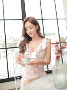 甜美粉嫩花朵裙模特低胸露乳享受下午茶