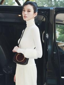 奚夢瑤白色針織高領上衣搭配同色百褶裙輕盈又溫暖