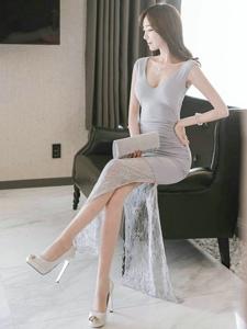 一袭长裙若隐若现的美腿完美的衬托出模特的气质