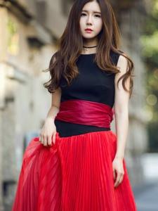 方安娜身着一袭红黑拼色裙尽显甜美气质