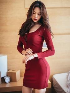 艳丽模特身着潮流女装感性的红色包臀裙让曲线非常完美