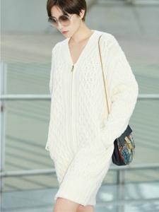 宋佳一身超长白色针织链开衫现身机场出发前往巴黎时装周