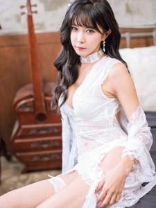 空气刘海美模白色蕾丝展白皙肌肤眼神勾人