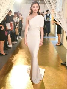 倪妮一襲曳地白色長裙十分優雅女神駕到
