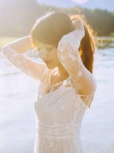 阳光下的白色长裙美女娇美宛如天仙