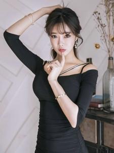 经典黑色连衣裙空气刘海美模的表情惹人怜爱