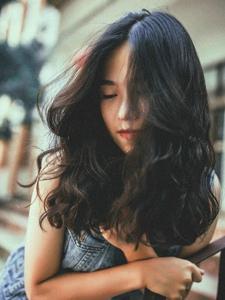 忧郁气质卷发美女自然随性写真