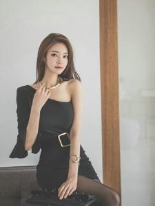 斜肩黑色裙装美模黑色丝袜诱惑身姿曼妙