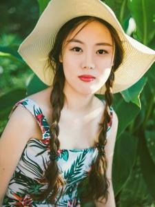 阳光下的连衣裙麻花辫美女靓丽吸睛
