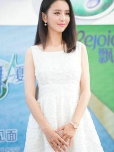 佟麗婭一身白色長裙清純可人女神風采依舊