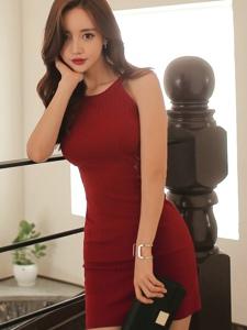 走廊上的卷发模特红艳裙装婀娜多姿感性诱惑