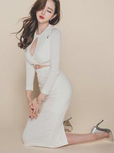 白色开胸裙模特白净可人翘臀诱惑