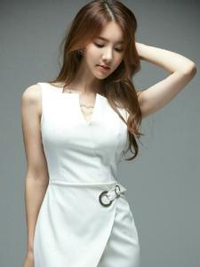 美艳模特白色潮流女装让你眼前一亮