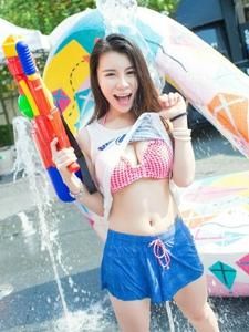 游乐场内的运动装美女玩水枪撩衣大胆诱惑你