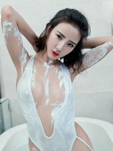 性感女神梅哥浴缸内奶油大尺度惹火写真