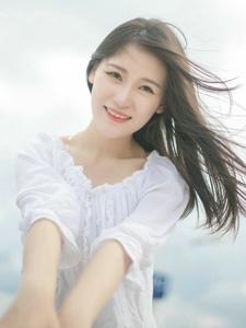 蓝天白云下的长发美女清甜笑容养眼写真