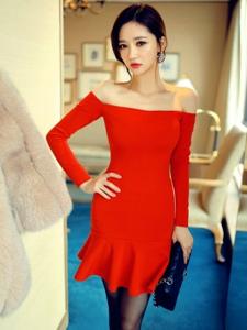 裸肩红裙嫩模身材娇小玲珑丝袜诱惑