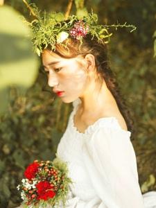陽光下的花環女神氣質美麗動人