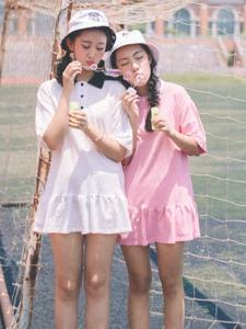 校园体育场内的清新姐妹花嬉戏玩耍