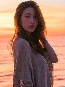 日出海边的性感美女清澈动人的温馨时光