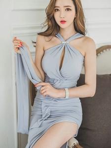蓝灰色开胸高叉裙美模侧躺沙发女王范十足威慑人心