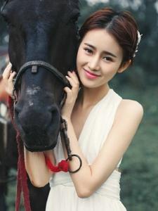 清纯可爱的骑马少女白净甜美治愈人心